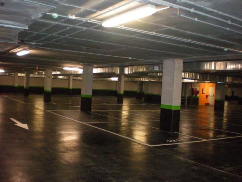 Plaza_publica_y_aparcamiento_para_vehiculos_en_sr3_1